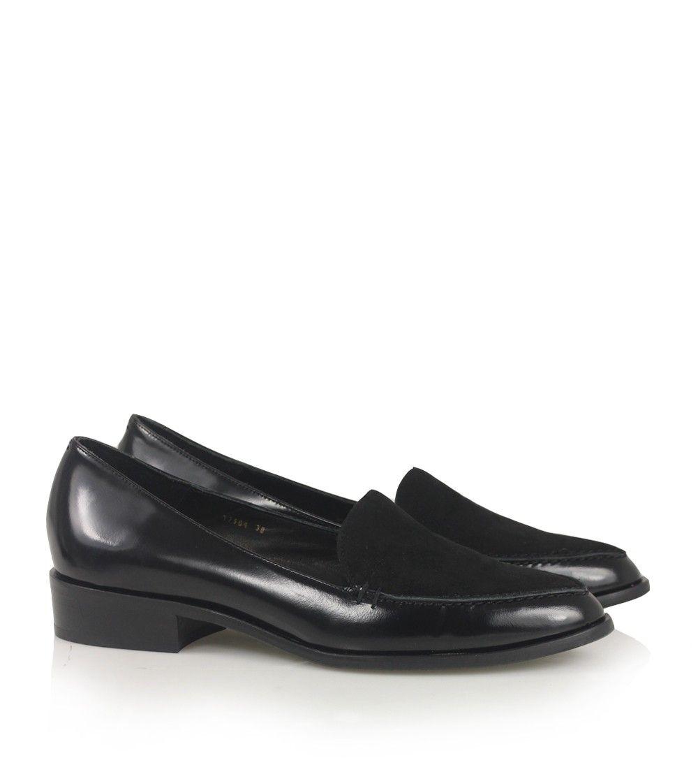 Sort loafer i glat skind med ruskindstykke over forfoden, rundspidset snude og lille hæl.