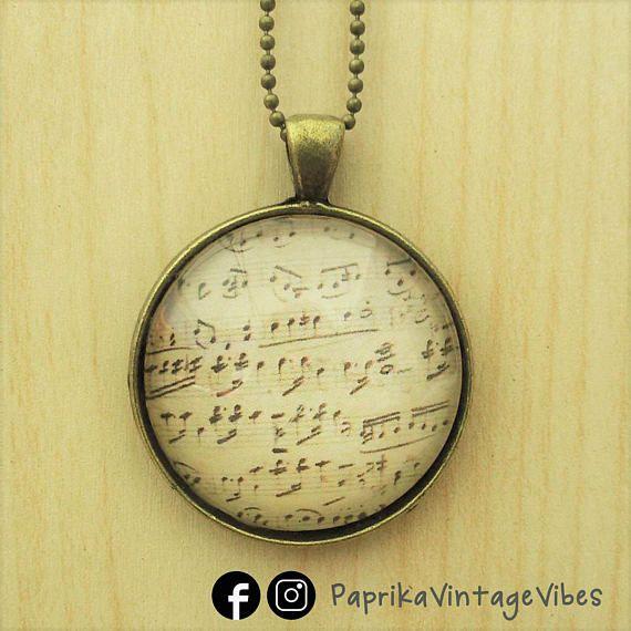 "Collana stile vintage con cameo bombato in vetro. Stampa ""spartito"" su carta tra cameo e base. # Music score notes musiclovers vintage style handmade necklace"
