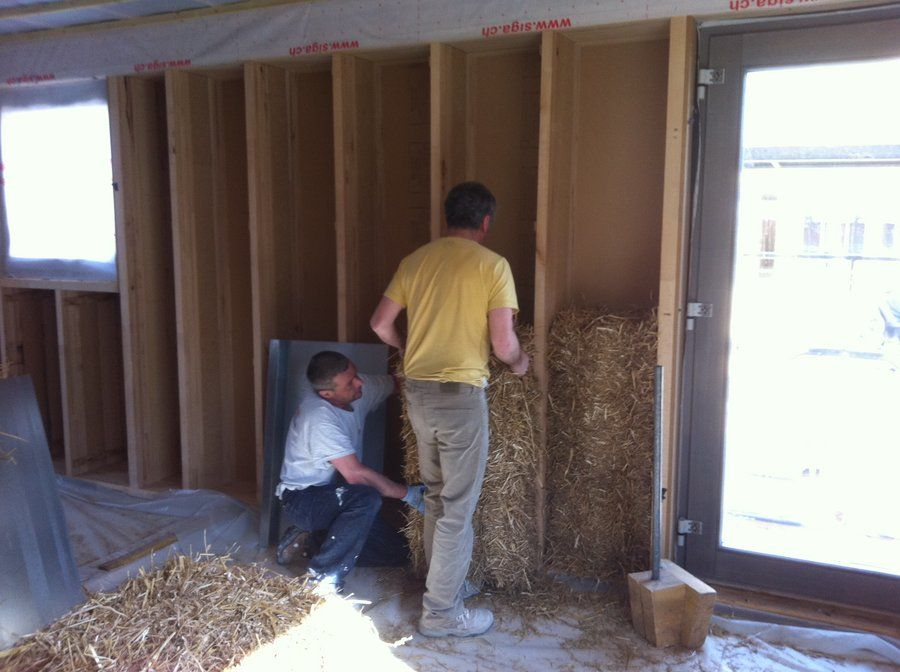 2 Maison En Paille Neuve Ou En Renovation Elle Est Naturelle Ecologique Et Economique Maison En Paille Maison Maisons Naturelles