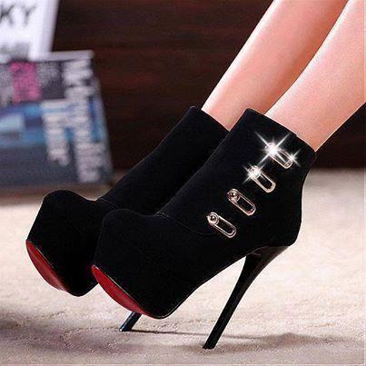 O Mundo é Dos Espertos Mais Sapatos De Grife Saltos Lindos Sapatos Salto