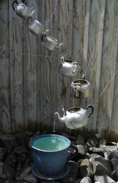 Gartendeko selber machen mit alten Teekesseln aus metall - gartendeko aus metall selber machen