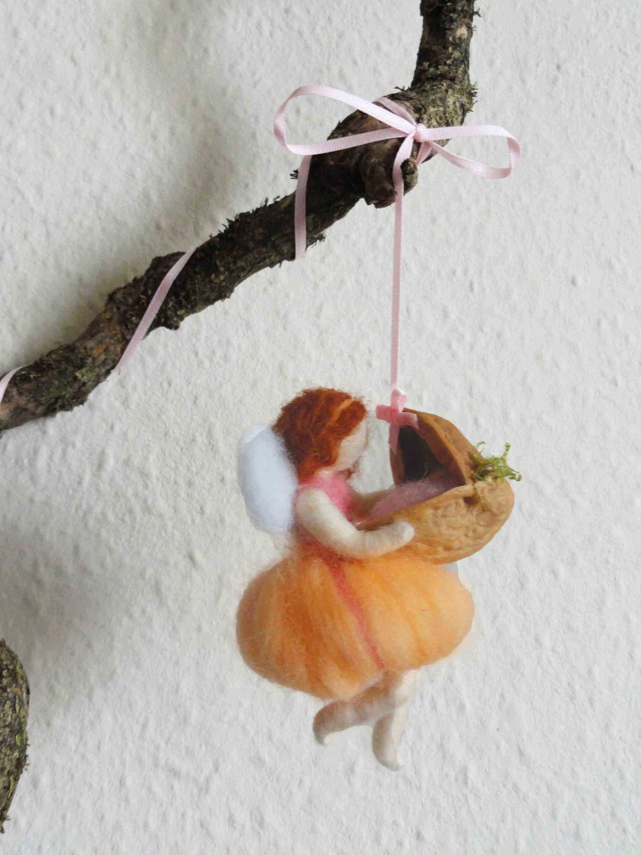Peach flying fairy with the walnut cot La fatina color pesca con la culla nella noce