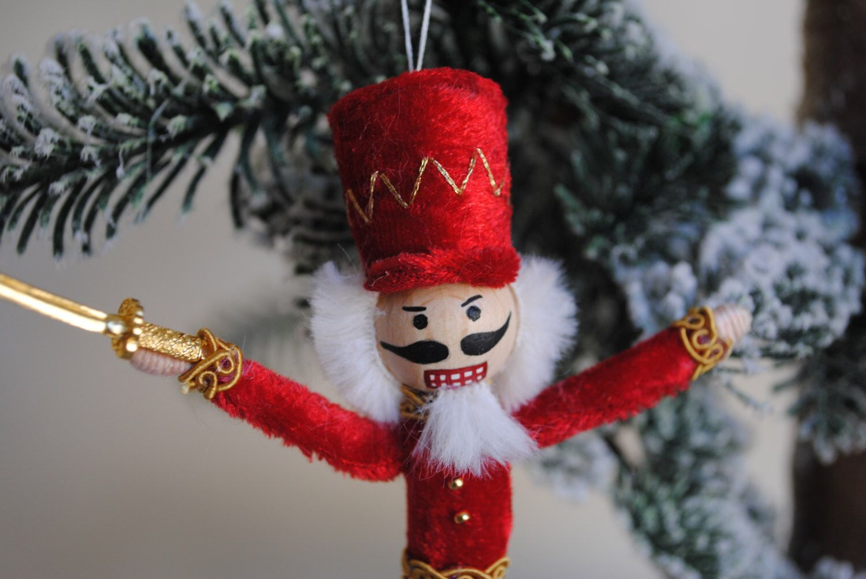 Notenkraker miniatuur Doll (hangende) door OnASummerday op Etsy https://www.etsy.com/nl/listing/470425798/notenkraker-miniatuur-doll-hangende