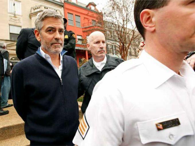 George Clooney fue detenido esta mañana por desobediencia civil junto a un grupo de activistas frente a la embajada de Sudán.  El ganador de un premio Oscar como mejor actor de reparto, había advertido el miércoles sobre una crisis humanitaria en la volátil zona fronteriza entre Sudán y Sudán del Sur, donde la gente se está refugiando en cuevas de los Montes Nuba por los ataques aéreos de las fuerzas sudaníes.
