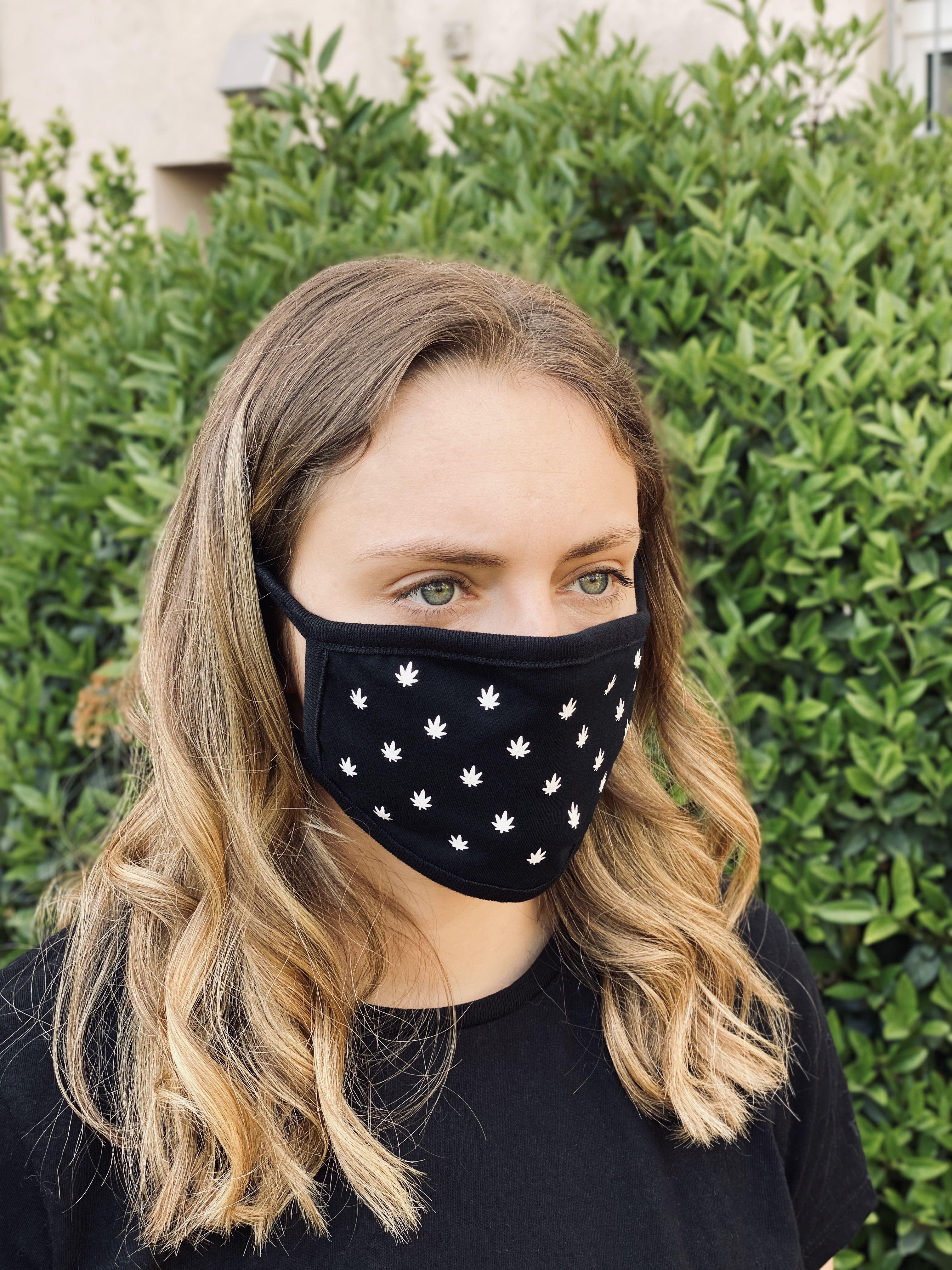 Umweltfreundliche schwarze Maske (Community-Maske) mit weißem Druck. Die Masken bestehen aus 100% Baumwolle und sind wiederverwendbar und waschbar. Motiv: Cannabis Muster / Marijuana    www.geile-teile-shop.de #geileteile #geileteileshop #Party #Techno #Sprüche #Feiern #afterhour #hardtechno #hardtekk #Rave #Festival #shirt #fashion #cap #hrdtkk #efn #spruch #dance #technogirl #tekk #style #nice #technofashion #technostyle #acid #raver #maske #corona #masken #nähanleitung