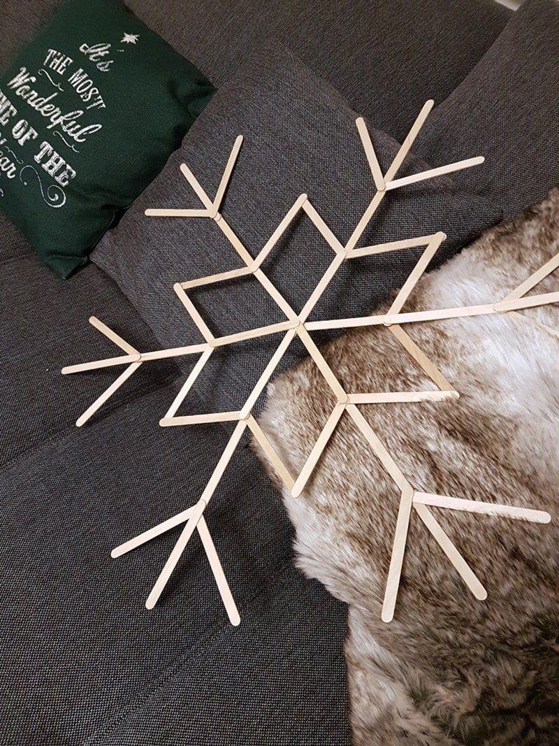 Schneeflocken basteln mit Eisstielen: XXL Winter-Wanddeko #christbaumschmuckbastelnkinder