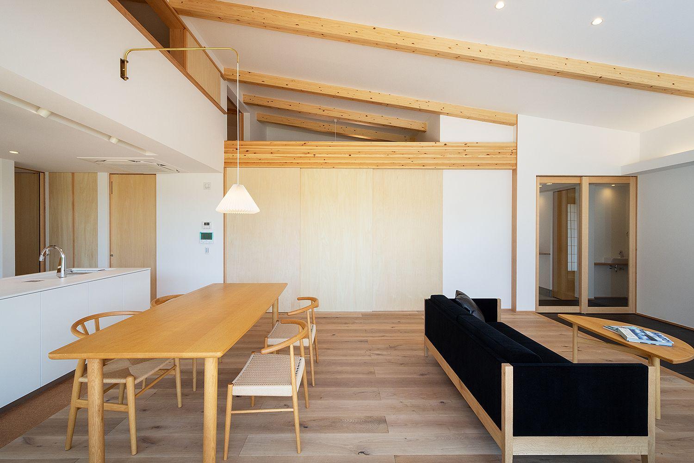 扉で仕切っても この広さ 勾配天井でより 開放的で明るい空間に