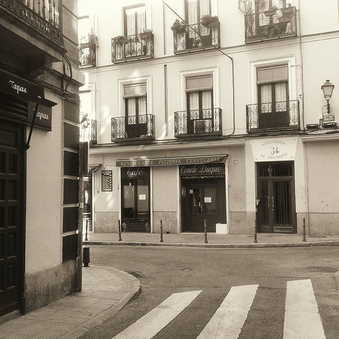 #condeduque #malasaña #madrid #blancoynegro #blackandwhite #monochrome #sepia #vscocam #vscogrid #vscospain #arquitectura #architecture #antiguo #old #madridneoyorkino #madridmemola #themadridbible by os_car_a