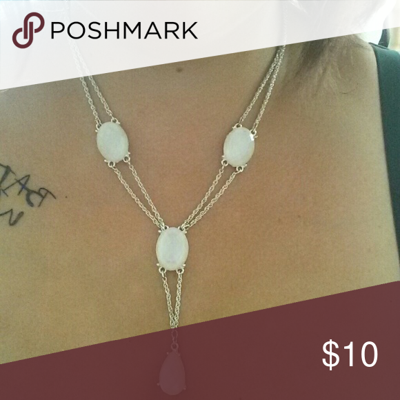 Drip jewel necklace Cute drip jewel necklace. Silver in color with white jewels. Has an extender to be longer or shorter. Jewelry Necklaces