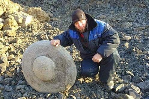 UFO - Mistério: Mineiros Desenterram Antigo Disco Voador na Sibéria, Rússia