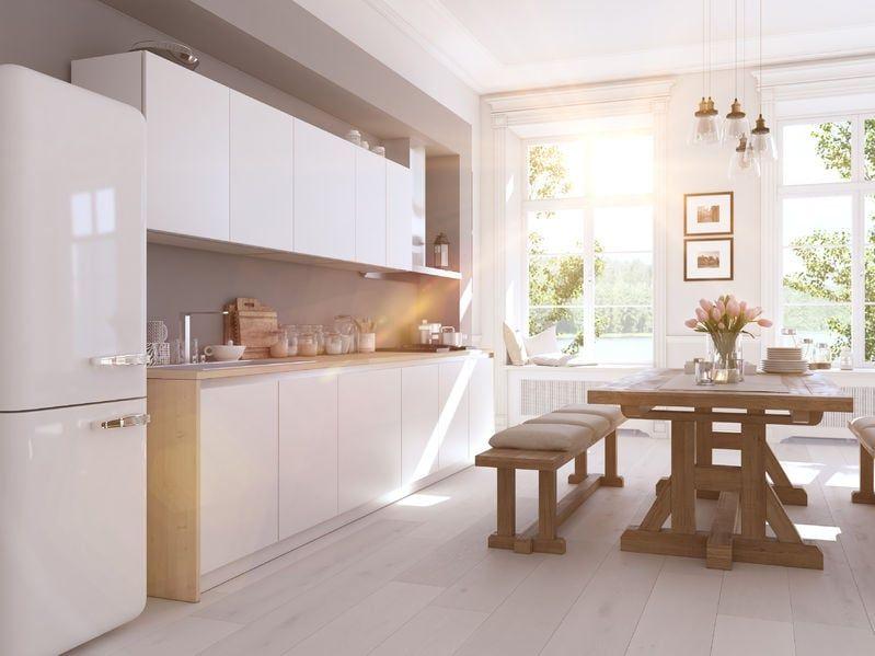 Aranzacja Bialej Kuchni Z Drewnianym Stolem Ozdobionej Wiosennym Sloncem Design Urzadzanie Urzarzaniewnetrz Urzadza Nordic Kitchen Loft Apartment Kitchen