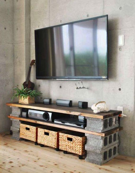 minimalistische wohnzimmer mit betonwand und diy tv-möbel aus, Wohnzimmer