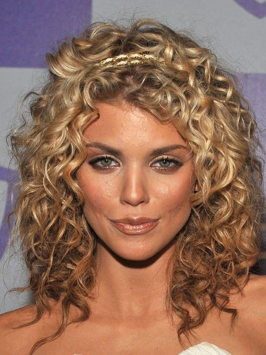 Annalynne Mccord 2010 Golden Globe Awards 10 Gotceleb Mid Length Curly Hairstyles Medium Hair Styles Curly Hair Styles Naturally