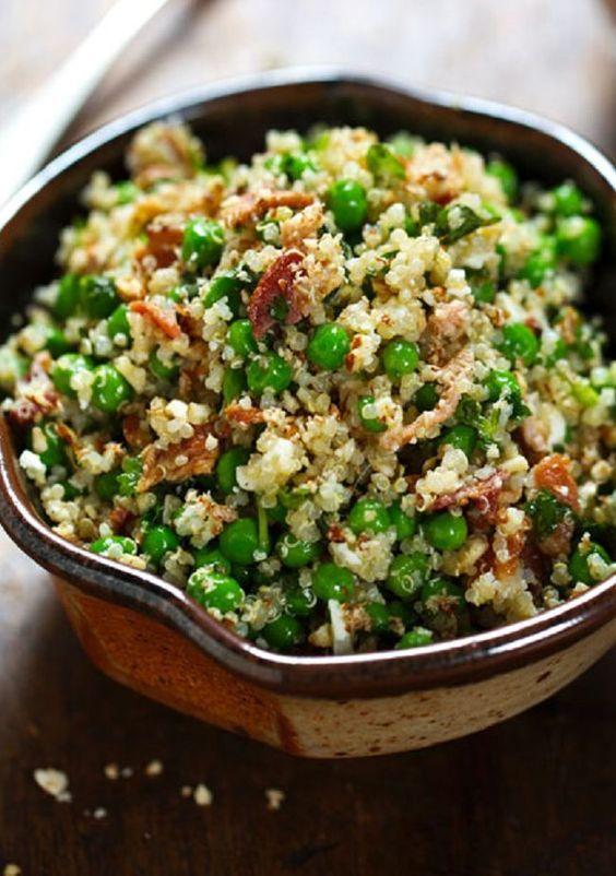 Cocinar la Quinoa el día anterior y refrigerar (separa mejor). Cocinar las arvejas y mezclar con las hierbas, el queso, la tocineta y las almendras.