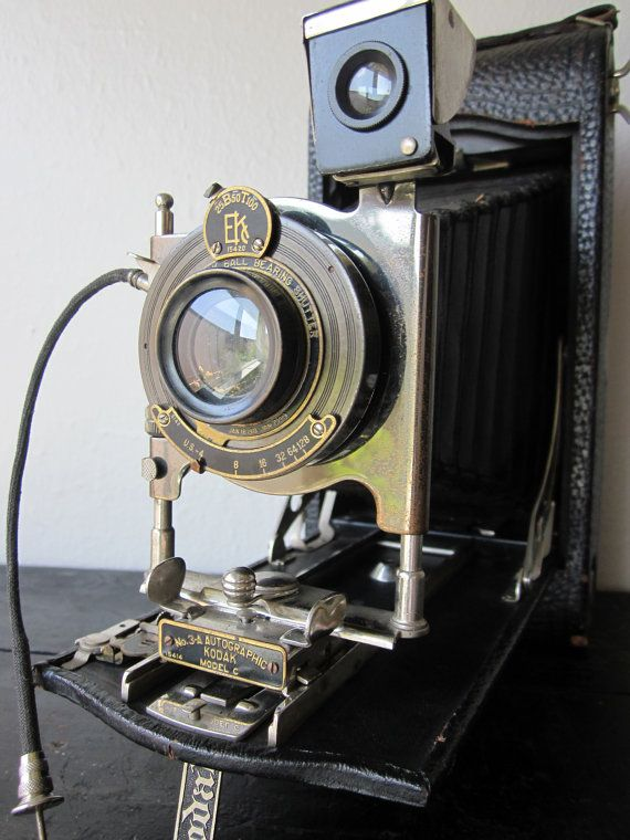 I love old cameras!! How cool would this be for a decorative accent?