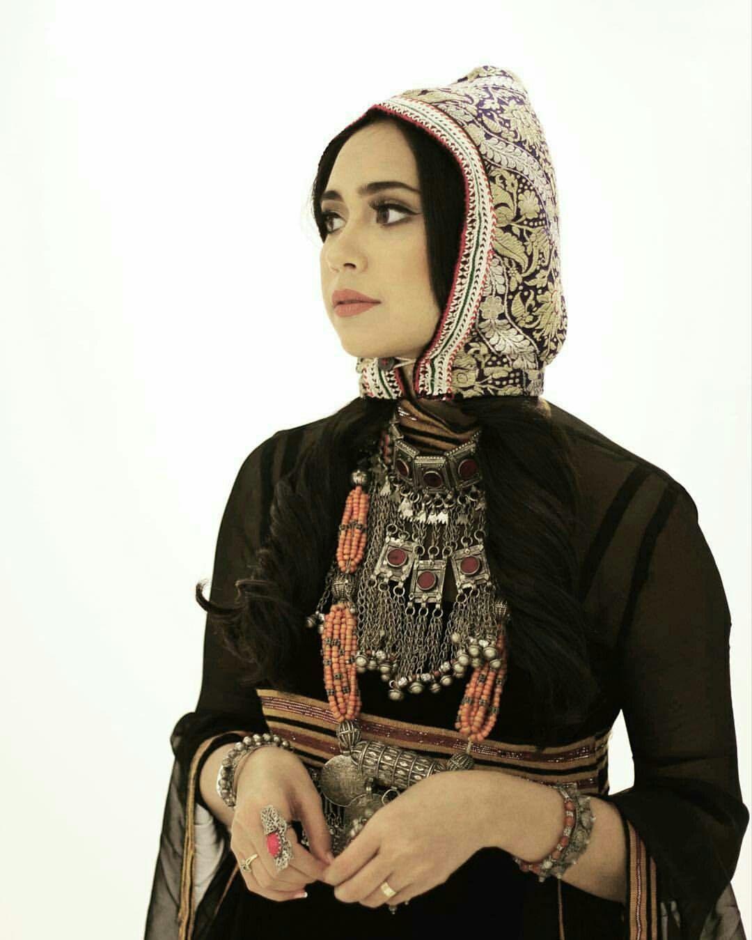 القرقوش لبس تراثي يلبس على الراس الزي الرسمي للبنات قبل الزواج والمنتشر في طول البلاد وعرضها يتحدى الزمن يختفي لكنه Fashion Yemen Women Muslim Beauty