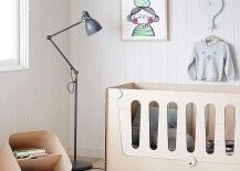berçário monocromática com lâmpada de assoalho e um berço contemporânea