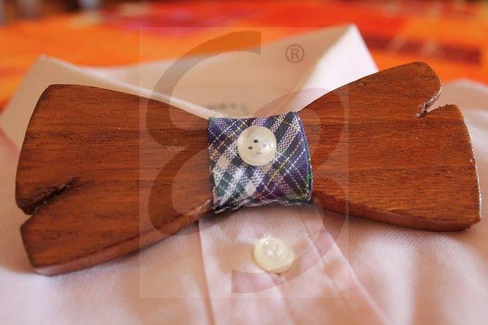 Papillon in legno di pero color noce con nodo scozzese e bottone. Tagli realizzati a mano