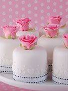 rose-and-heart-individual-wedding-cakes