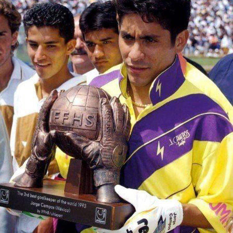 Hoy mi Karnal Jorge Campos cumple 49 años y lo recuerdo con esta foto cuando fue nombrado el 3er Mejor Portero del Mundo en el lejano 1993 jugando para Pumas. Felicidades Brody!!! #JorgeCampos #Campos #Pumas #CU #Mexico #Portero by futbolitoencasa
