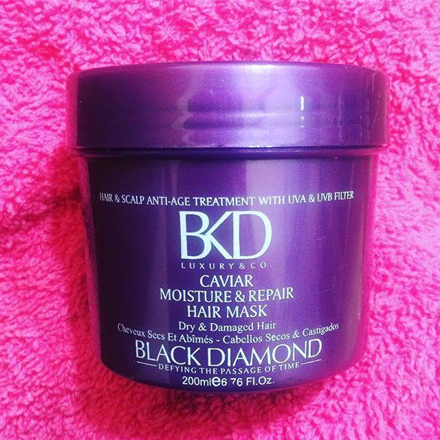 Hoy fue día de mimar el pelo. Me corté las puntas y me hice éste tratamiento de @bkdcosmetics que es una máscara de tratamiento para hidratar, restaurar y proteger el cabello,!formulada especialmente para #Cabellos secos y castigados.  Lo dejé por varios minutos y como cada vez que lo uso, lo amo.  Ya lo voy a reseñar pro el blog 😊❤️ #FarahgroupBlog #Bblogger #Beauty #BeautyBlogger #Argentina #Belleza #CuidadoDeLPelo #Hair #hairstyle #haircare #bkd #blackdiamond #cosmetics #instabeauty…