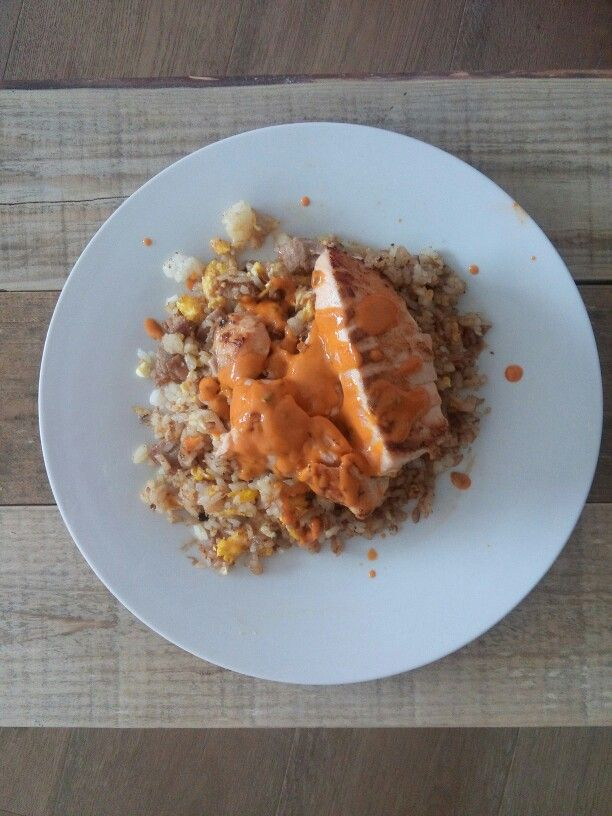 Arroz Frito de Carnitas de Atun con Salmon Sellado y Salsa Spicy