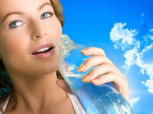 Tomar solo agua ayuda a bajar de peso
