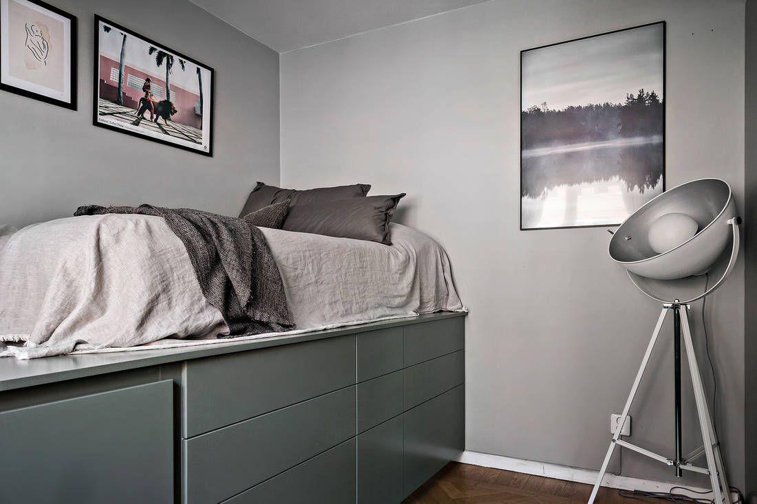un lit sur une estrade dans un studio de 23m2 bien