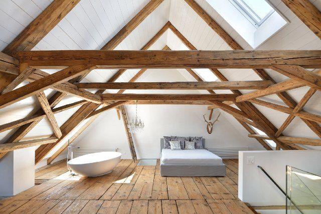 Herrliches Fachwerk-Loft-Zimmer mit freistehender Badewanne neben dem Bett, in einem Wohnhaus in der Schweiz..fantastisch