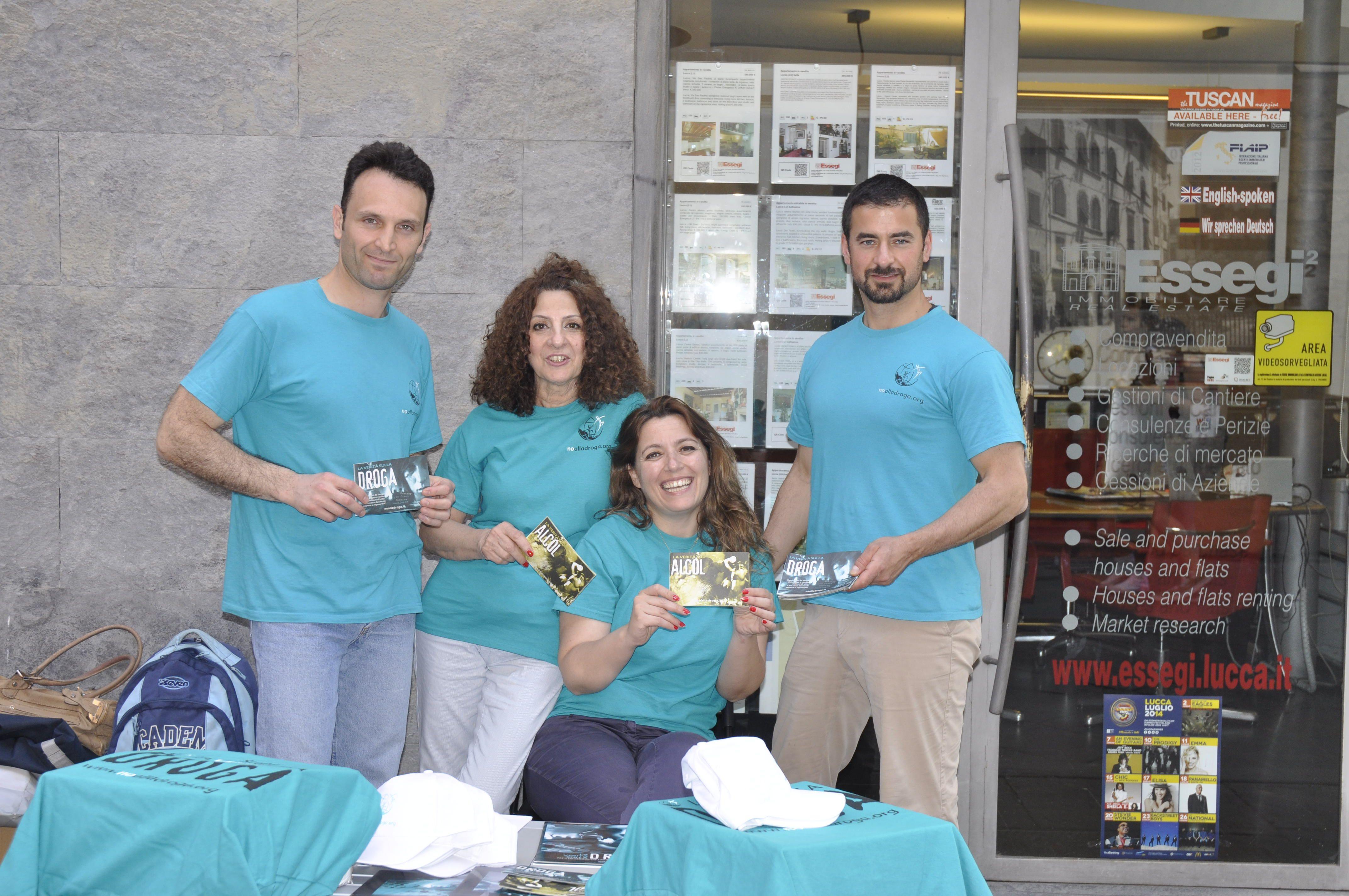 Comunicato Stampa: I volontari del Celebrity Centre della città di Firenze, distribuiscono materiale informativo sulle droghe e portano avanti il programma umanitario della fondazione per Un Mondo Libero dalla Droga