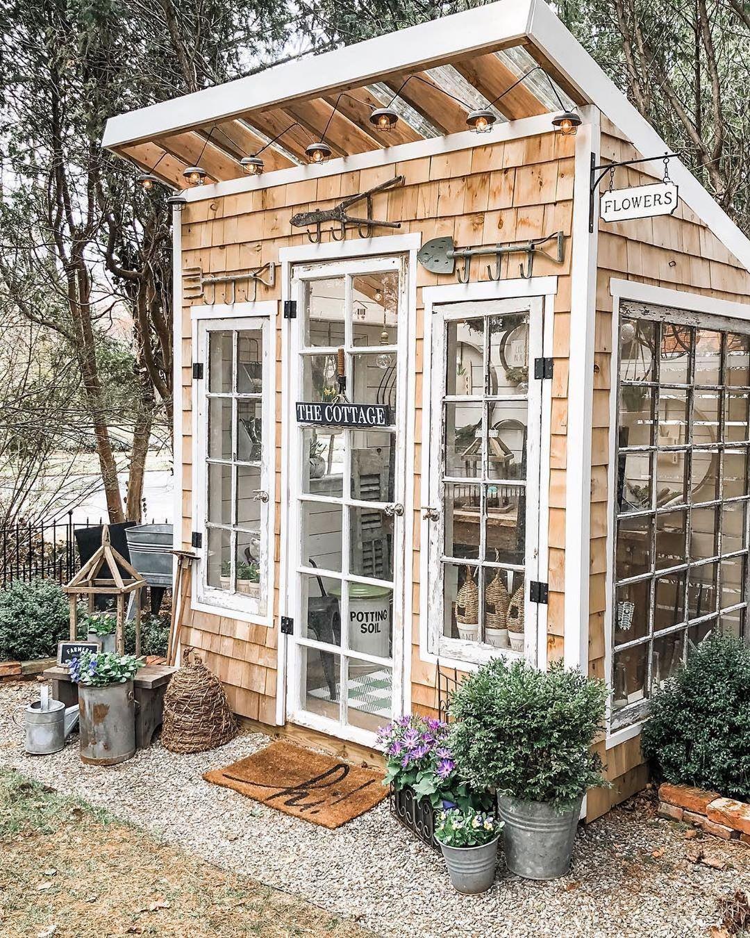 Photo of CountryHomeMagazine sur Instagram: «Il y a quelque chose dans un petit cabanon pittoresque qui nous attire à chaque fois 🥰 Photo: @cottageandbloom #mycountryhome # springgardening…»