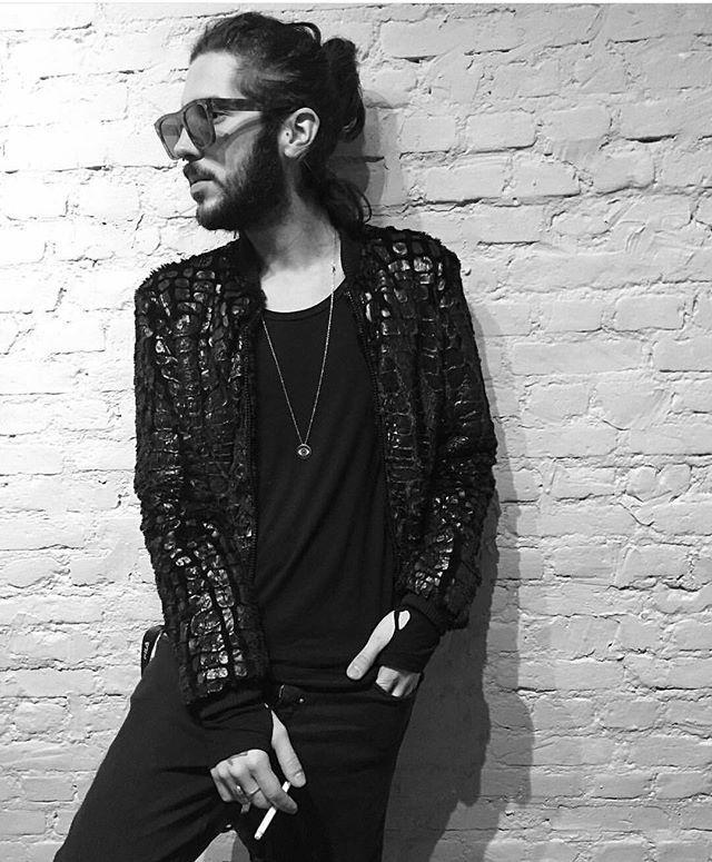 zpr M E I J O R .  @felpsantunes lindo com nossa Jaqueta Gorila Preta.   #style #styles #styling #stylist #moda #modamasculina #man #mans #manstyle #mansstyle #menstyle #mensstyle #menswear #mensfashion #fashion #insta #dapper #dapperday #detail #details #blackandwhite #shop #ecommerce #meijor #newcollection #novacolecao #shirt #shirts #print #tshirt