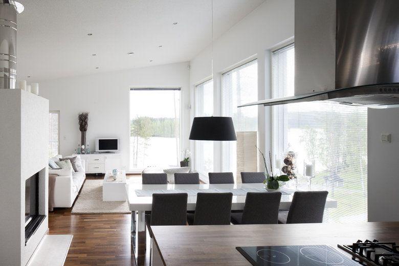 Isoista ikkunoista avautuu upea maisema olohuoneeseen ja ruokailutilaan. Lisää ideoita www.lammi-kivitalot.fi