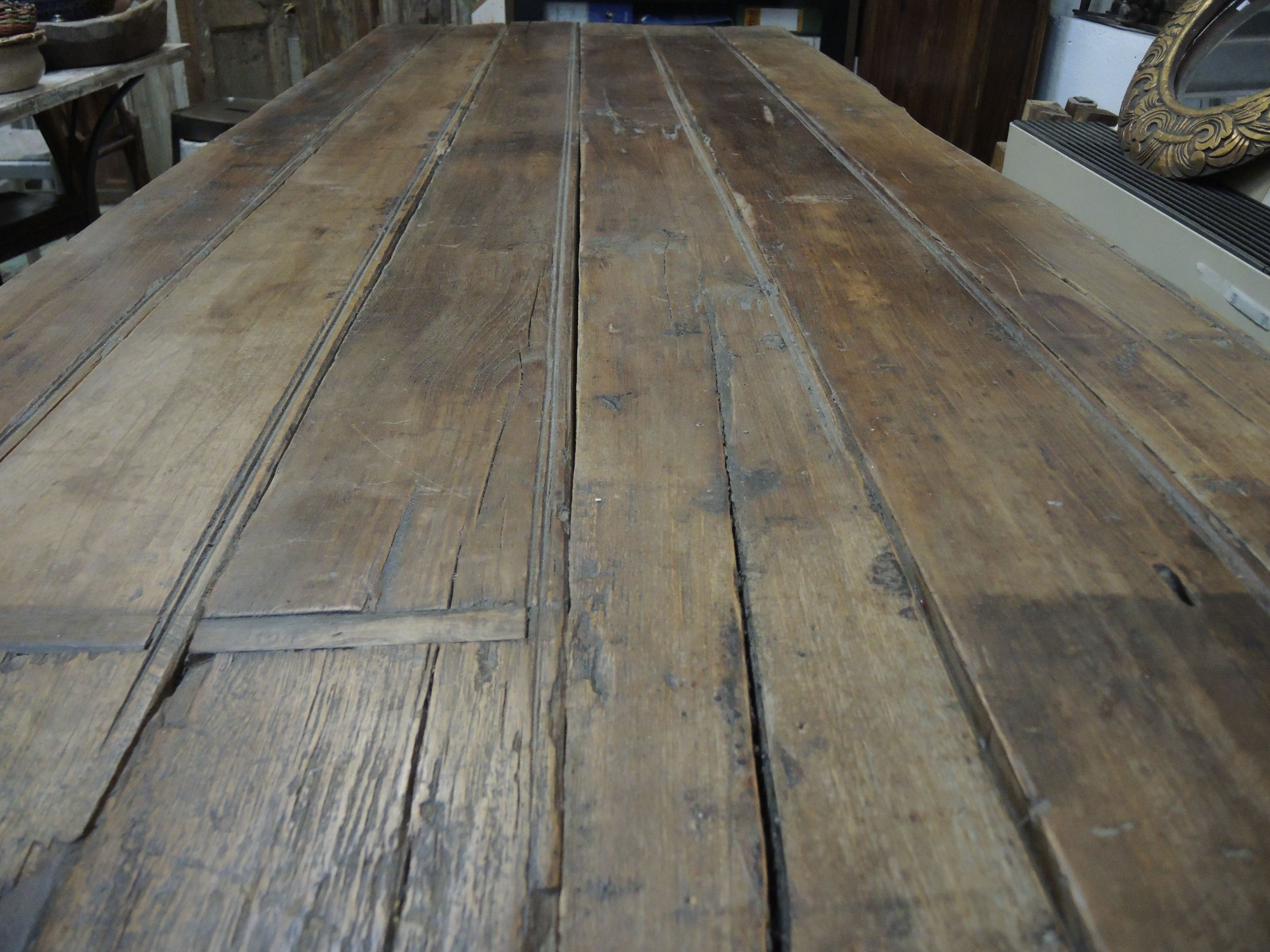 Tavolo con assi vecchie in legno di teak tavoli e for Vecchie tavole legno
