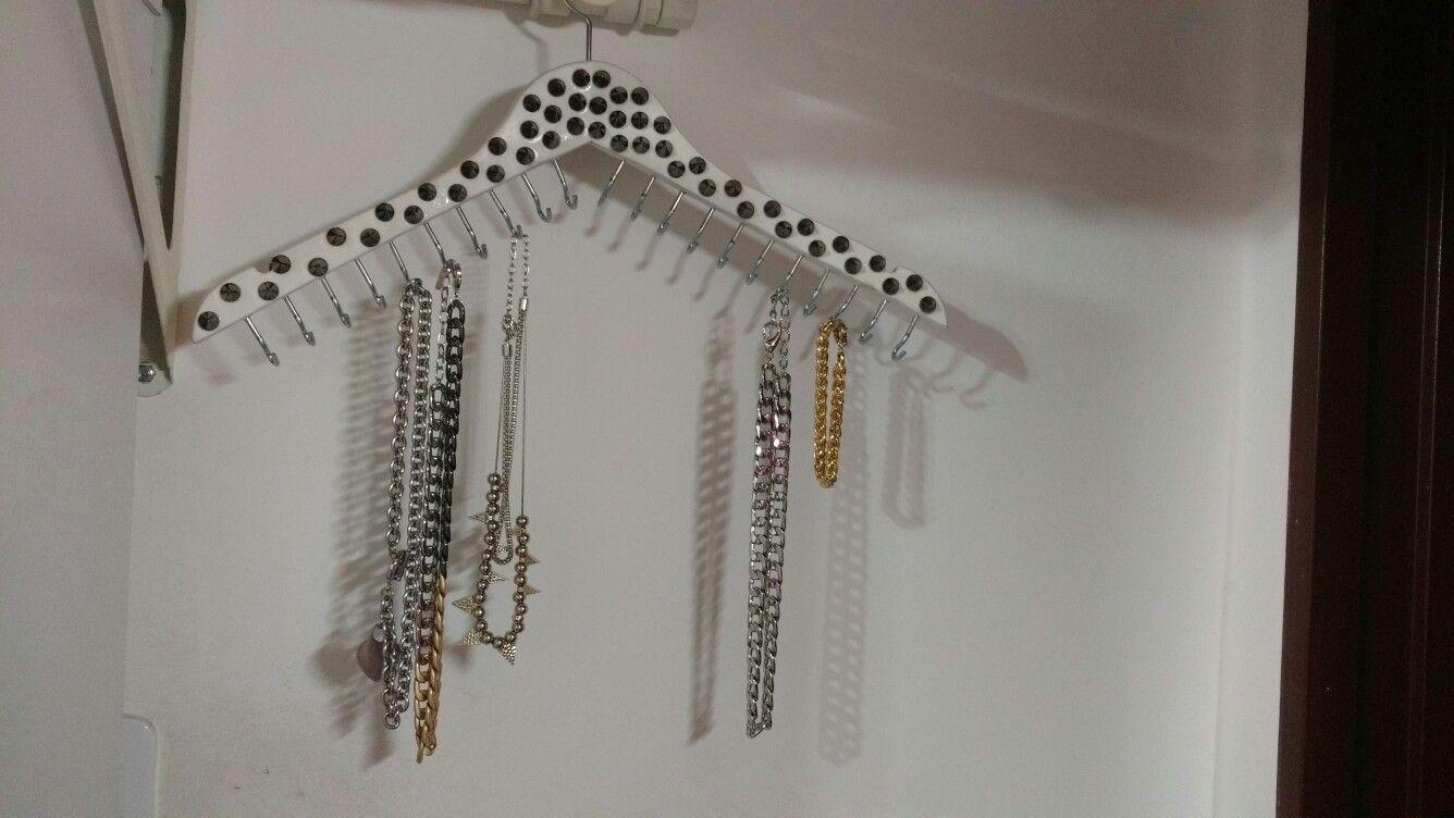 Percha reciclada, porta pulseras y collares