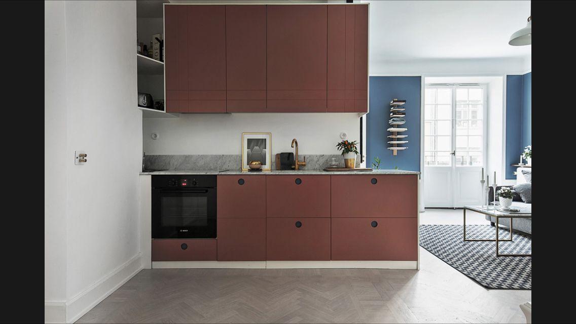 Red kitchen. Blue walls. Pionova