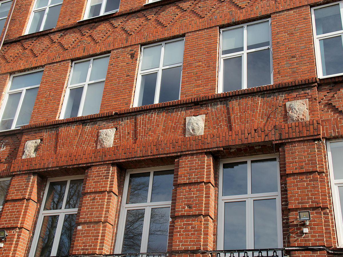 Сбитые барельефы на фасаде гимназии