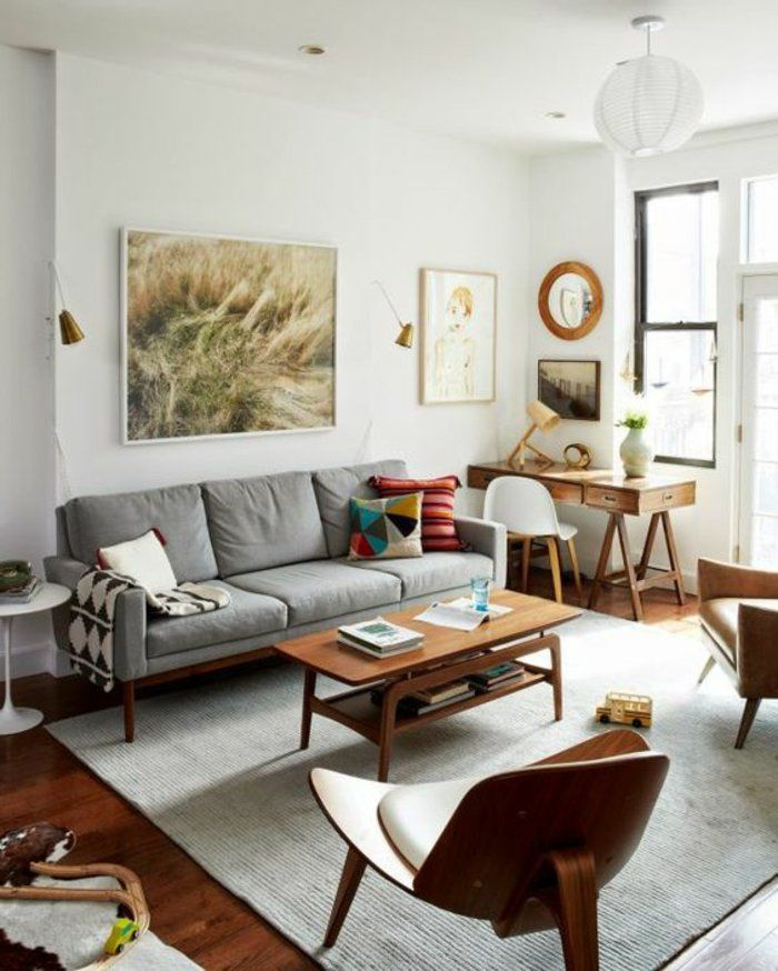 ein graues Sofa, ein abstraktes Bild, ein Bild von Mädchen, runder ...
