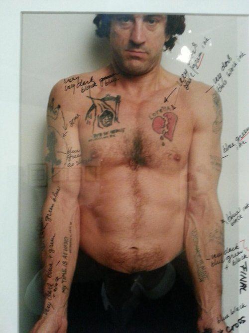Anotaciones de martin scorsese sobre una foto de robert de niro sobre los tatuajes del personaje - Robert de niro el cabo del miedo ...
