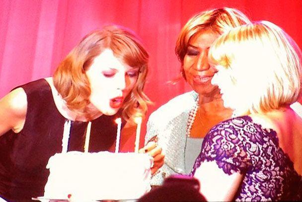 """Aretha Franklin canta """"Parabéns"""" pra Taylor Swift - http://metropolitanafm.uol.com.br/novidades/famosos/aretha-franklin-canta-parabens-pra-taylor-swift"""