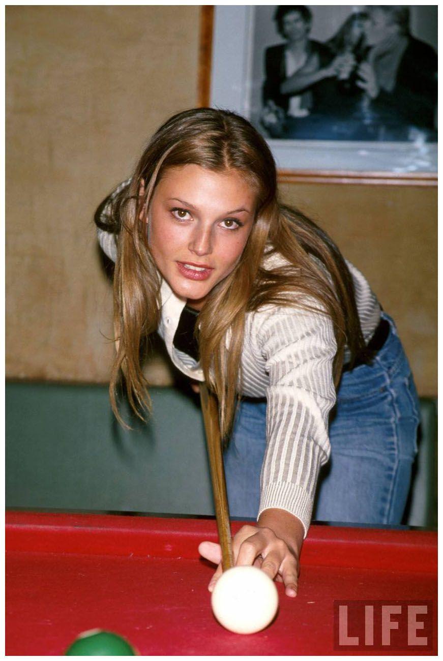 Model Bridget Hall shooting pool 1995 Çizgi film, Film