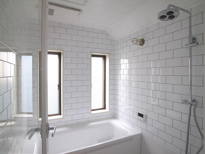 白タイル貼りのバスルーム 浴槽から上の壁は自由に仕上げられるハーフユニットバスを採用 浴室 モダン タイル貼りのバスルーム ユニットバス