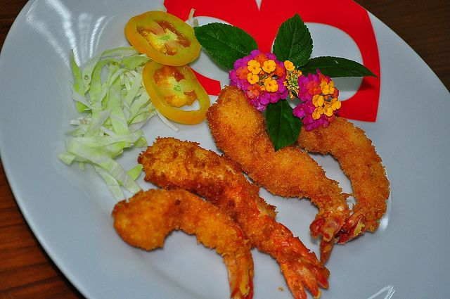 We had here fresh shrimp and we make a yummy Shrimp Tempura. I garnished it with shredded cabbage, sliced tomatoes and a flower.     :) great! repin if you like this!