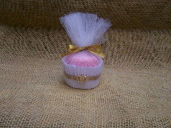 Esta é uma linda lembrança cup cake toalhinha,que pode ser usado para as mãos,e também com uma linda bijoux  que pode ser usado depois como pingente.  Seus convidados vão adorar essa novidade!!!!