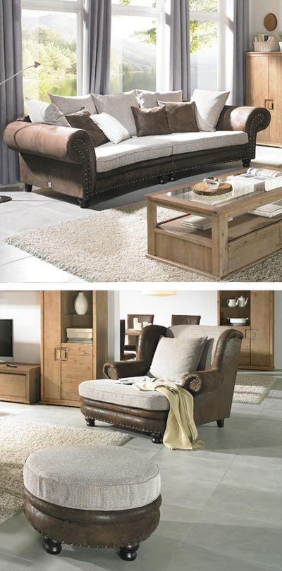 Wohnzimmer mit Stuhl, Hocker und Sofa im Landhaus Stil