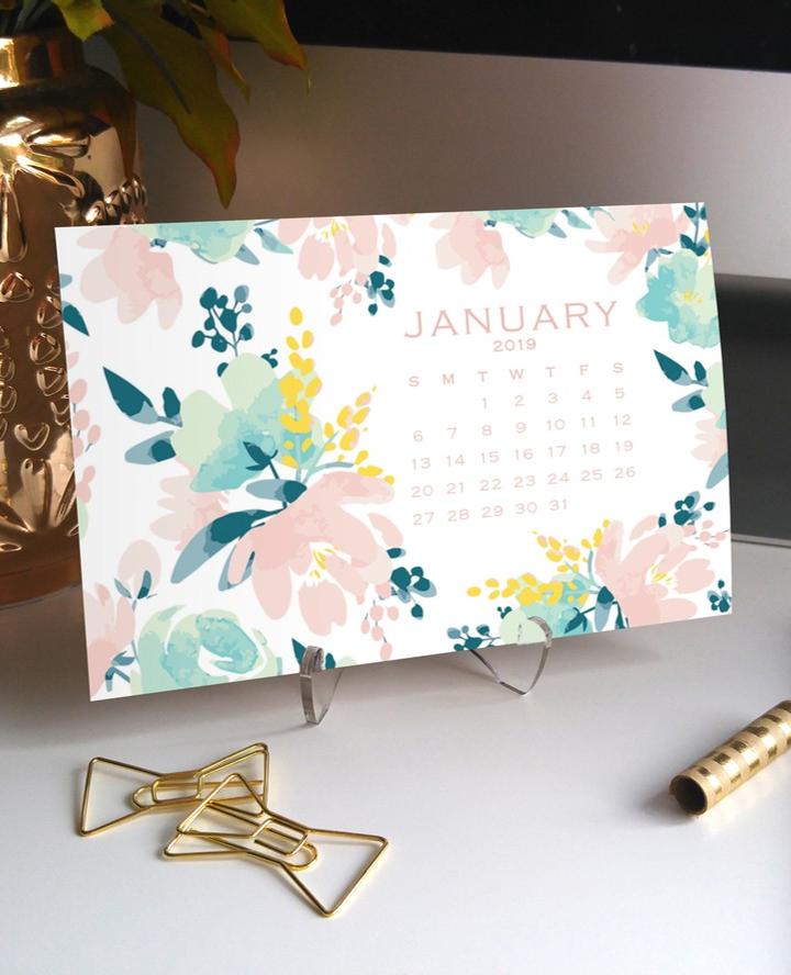 Feminine Homeoffice Desk: 2019 Pink + Mint Floral Calendar