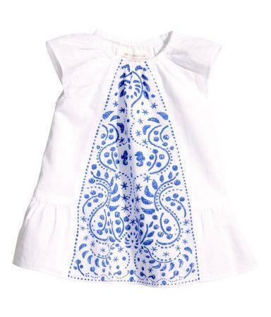 BABY EXCLUSIVE/CONSCIOUS. Kleid aus Bio-Baumwolle mit Musterdruck vorn. Modell mit elastischem Halsausschnitt, kurzen Volantärmeln und Saumvolant. Gefüttert.