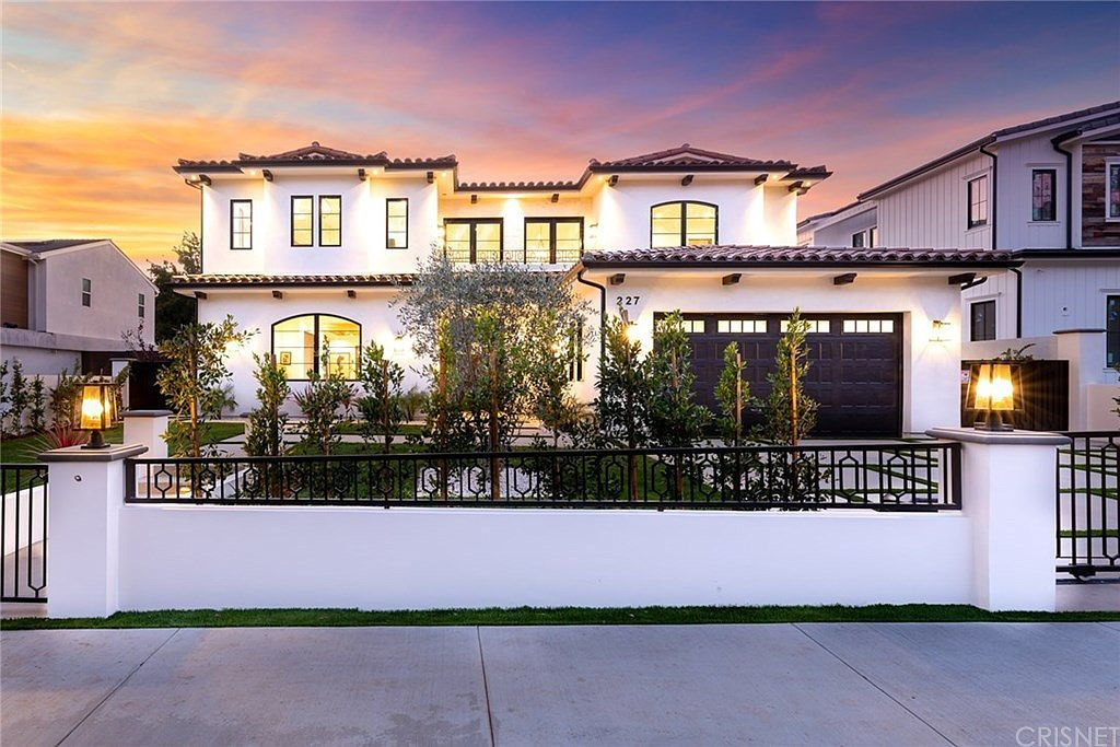 Zillow Has 144 Homes For Sale In Westwood Los Angeles Matching View Listing Photos Review Sales History And Use In 2020 Spanish House Small Mansions Luxury Realtor