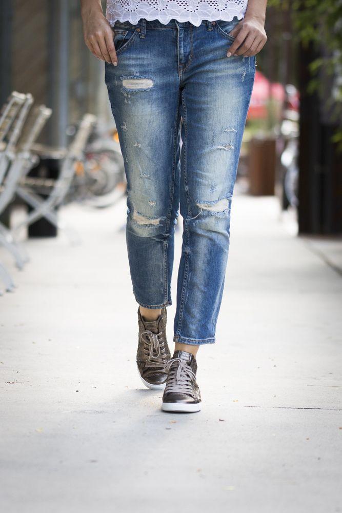 Mit diesen stylishen Glitzer-Pauls ist man gut angezogen. paul-green.com #paulgreen #dance #mikrosohle #pailettensneaker #glitzerstars