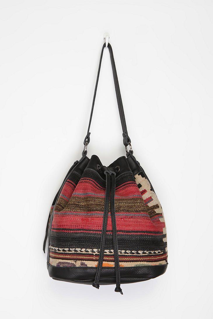 Tylie Malibu Carpet Bucket  UrbanOutfitters Mochilas Wayuu 0b7839da358